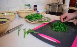 Режем зелень для супа харчо