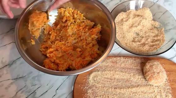 Формируем морковно-капустные котлеты