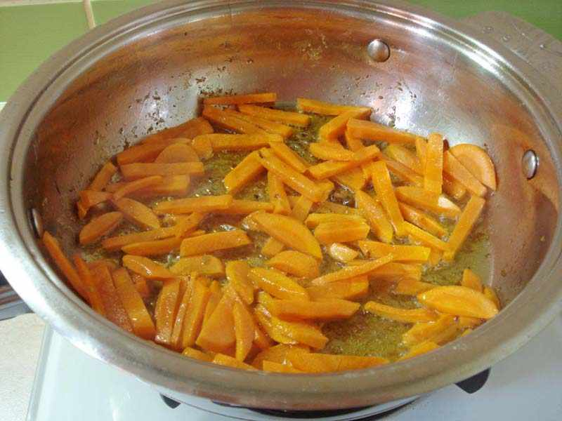 Обжариваем нарезанную морковь