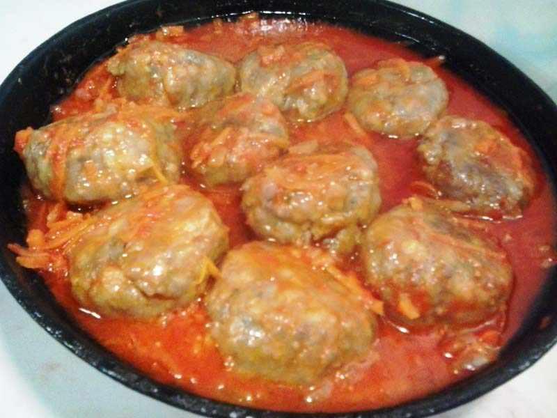 Тушим тефтели в томатном соусе
