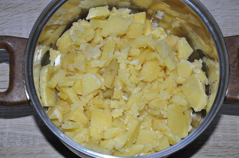 Отправляем нарезанный картофель в кастрюлю