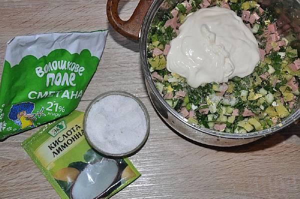 Перемешиваем ингредиенты, добавляем сметану