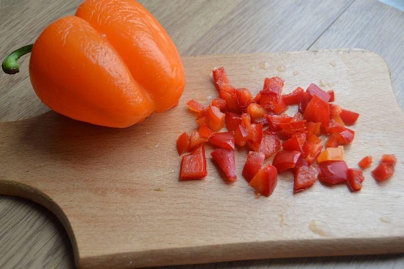 Нарезаем болгарский перец для шукшуки