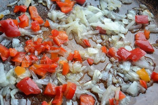 Обжариваем овощи для шукшуки
