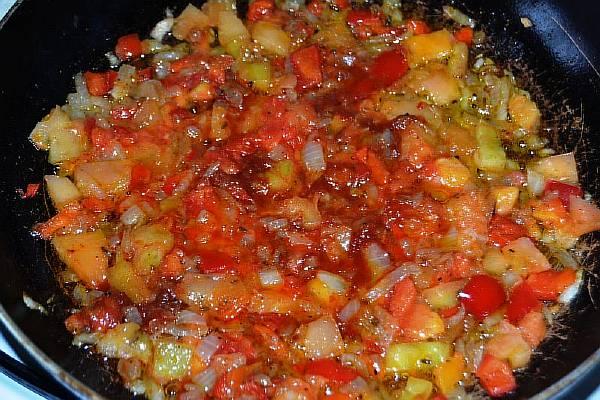 Добавляем спелые помидоры к остальным ингредиентам