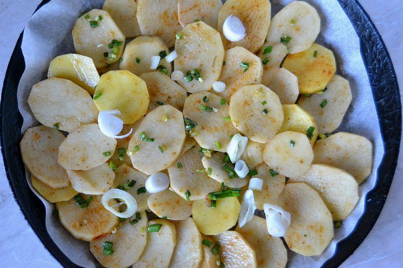Выкладываем в 1 слой картофель в форму