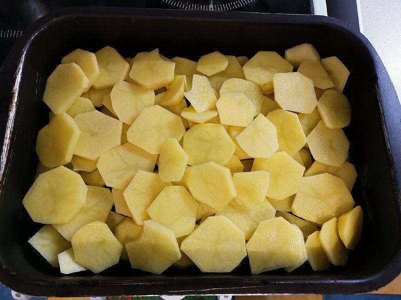 Выкладываем картофель на противень