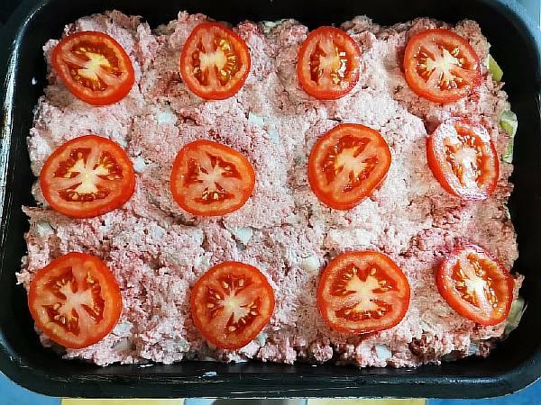 Нарезаем помидоры и выкладываем на фарш