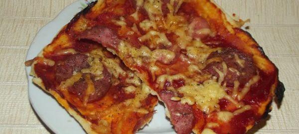 Пицца на тонком бездрожжевом тесте с колбасками и сыром