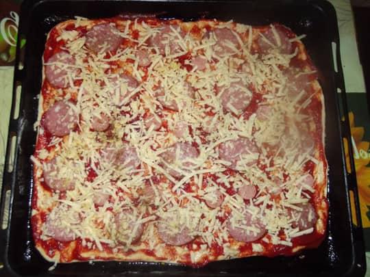 Начиняем пиццу сыром