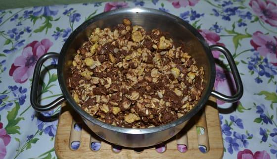 Мешаем шоколад и мюсли для йогуртового торта