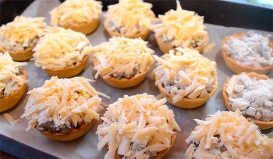 Тарталетки с курицей и грибами под сыром