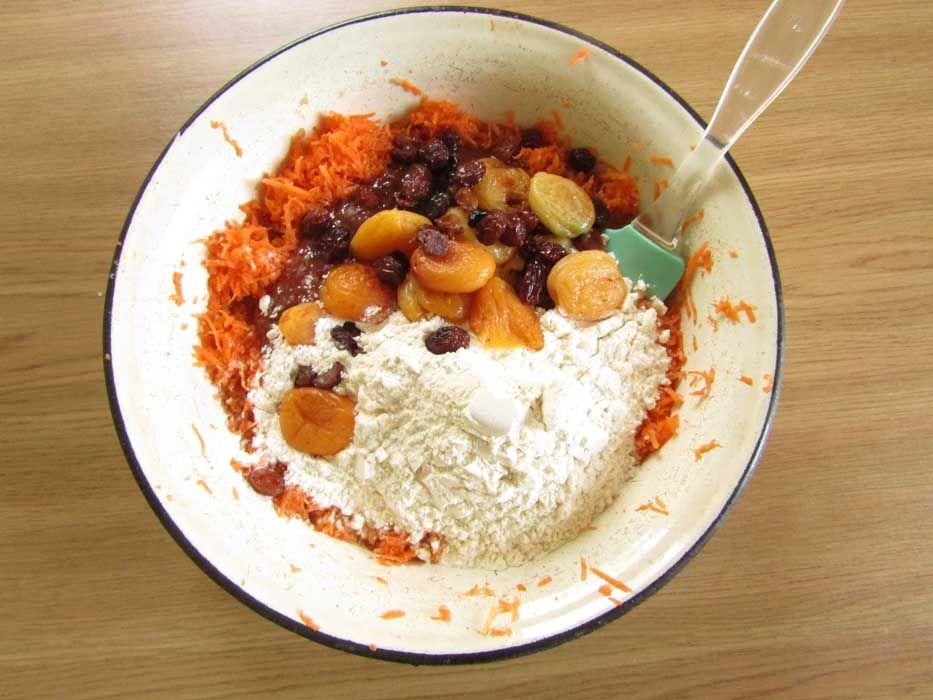 Смешиваем все ингредиенты для морковного пирога