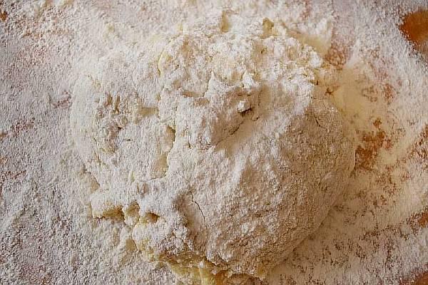 Замешиваем тесто для пасхального кулича