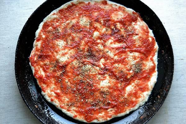 Смазываем основу пиццы кетчупом