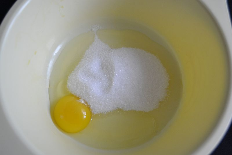 Добавляем к яйцу сахар