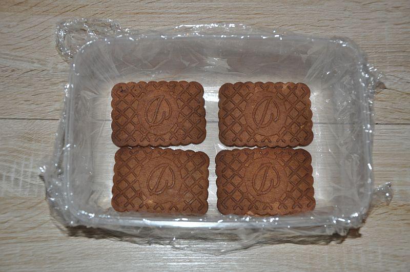 Выкладываем на дно формы печенье