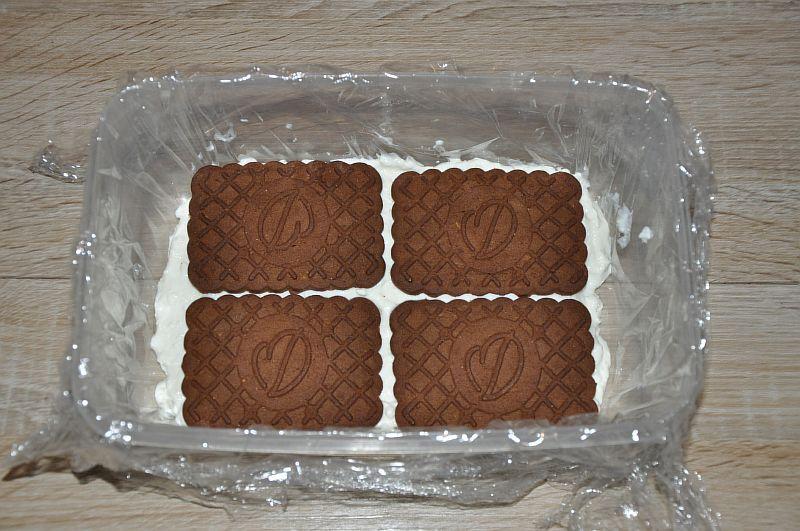 Укладываем второй слой печенья