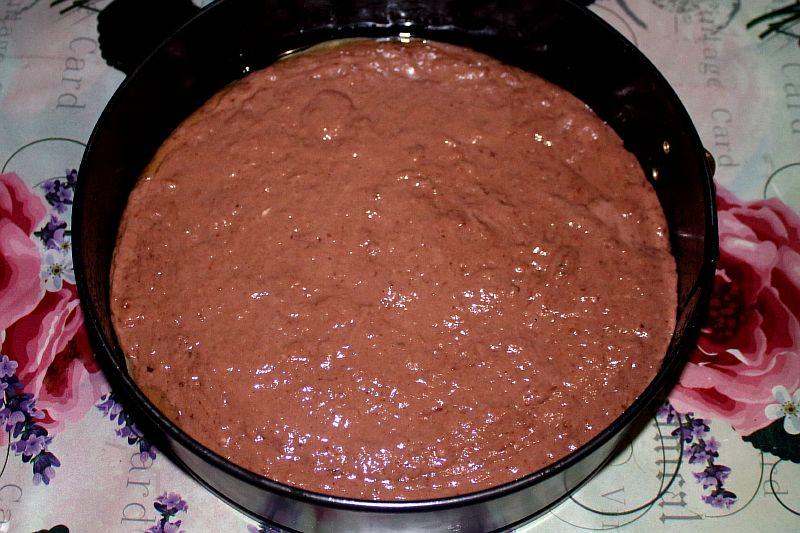 Подготавливаем форму для выпечки торта