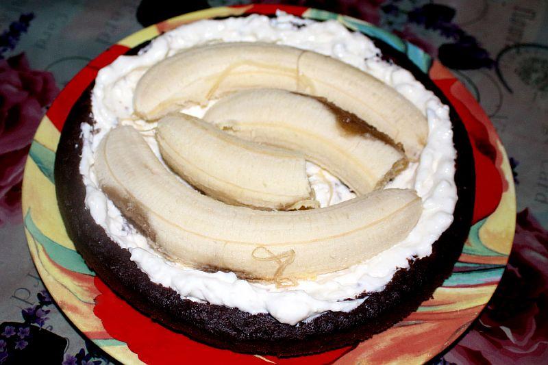 Добавляем бананы к основе торта