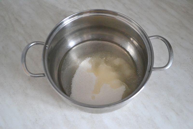 Смешиваем сахар, растительное масло