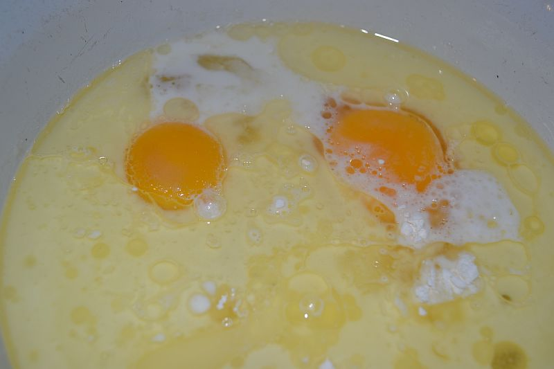 Смешиваем масло, сахар, яйца