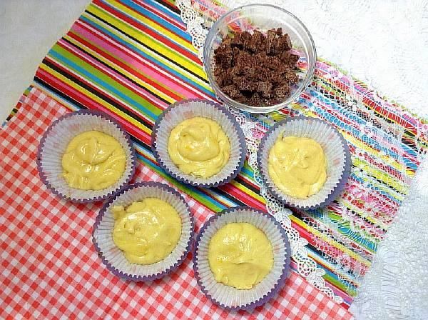 Подготавливаем формы для выпечки кексов