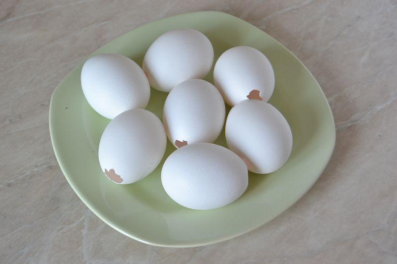 Делаем на кончике яйца отверстие