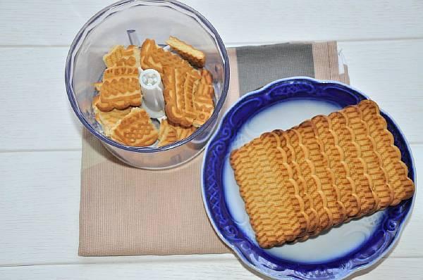 Измельчаем печенье с помощью блендера