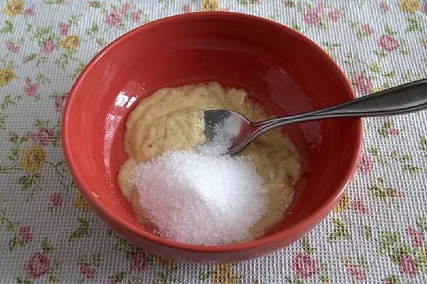 Добавляем в емкость сахар