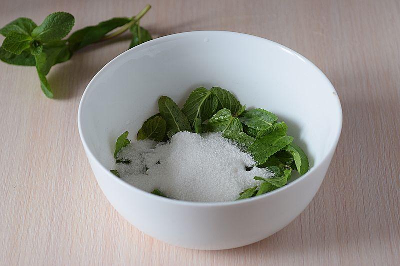 Добавляем сахар к листьям