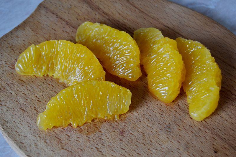 Делим апельсин на дольки, снимаем пленку