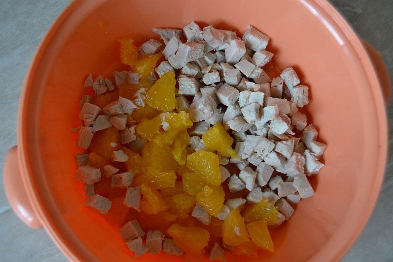 Добавляем нарезанный апельсин к курице