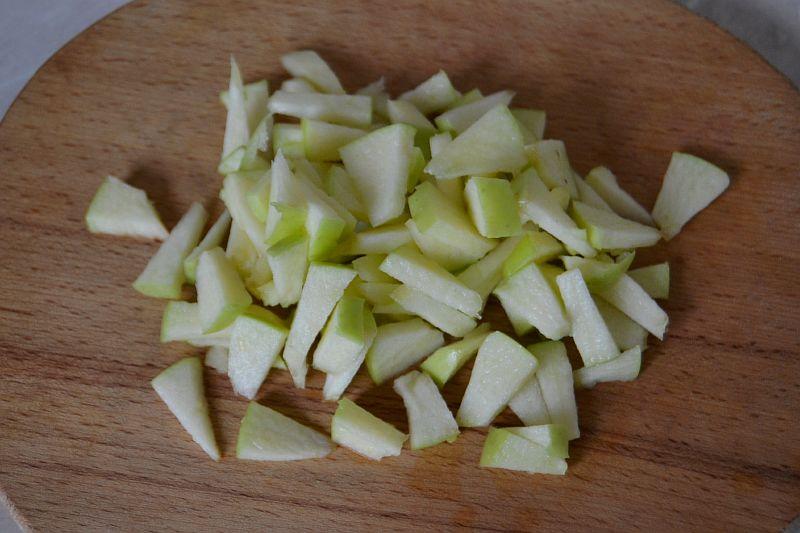 Нарезаем соломкой яблоко