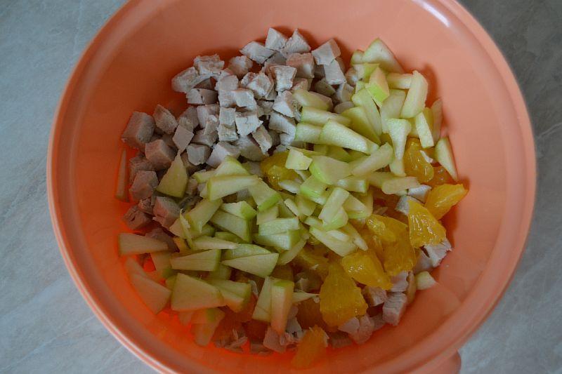 Отправляем нарезанное яблоко к остальным ингредиентам