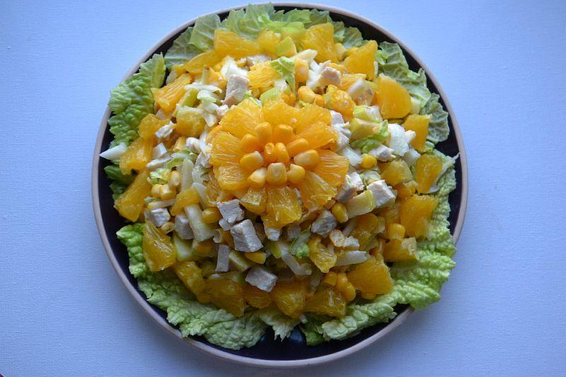Салат с куриной грудкой, кукурузой и апельсином