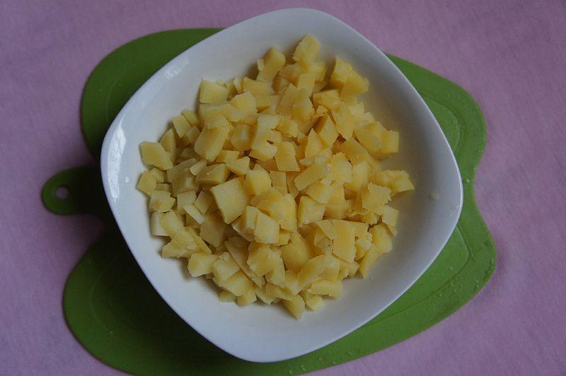 Варим картофель, нарезаем кубиками