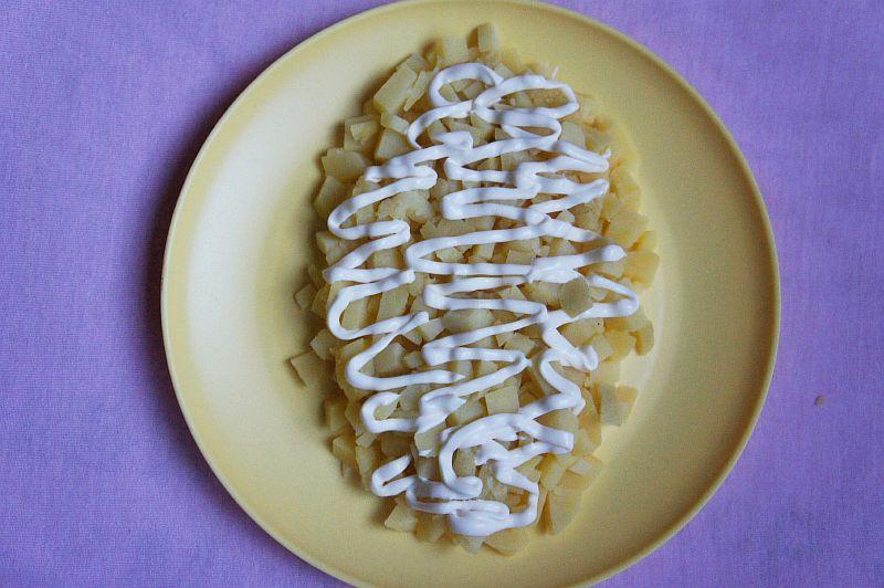 Выкладываем картофель, сверху делаем сетку из майонеза