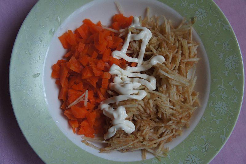 Смешиваем морковь и яблоко, добавляем майонез