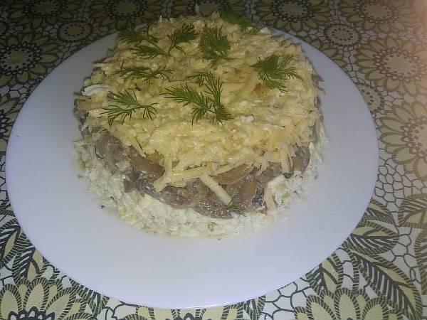 Слоеный салат с куриной грудкой, грецкими орехами и грибами