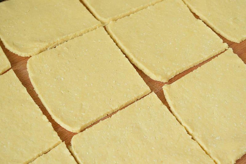 Из теста делаем квадраты-заготовки для булочек