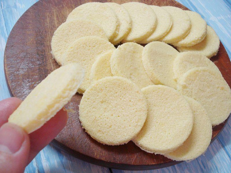 Вырезаем кружочки из бисквита