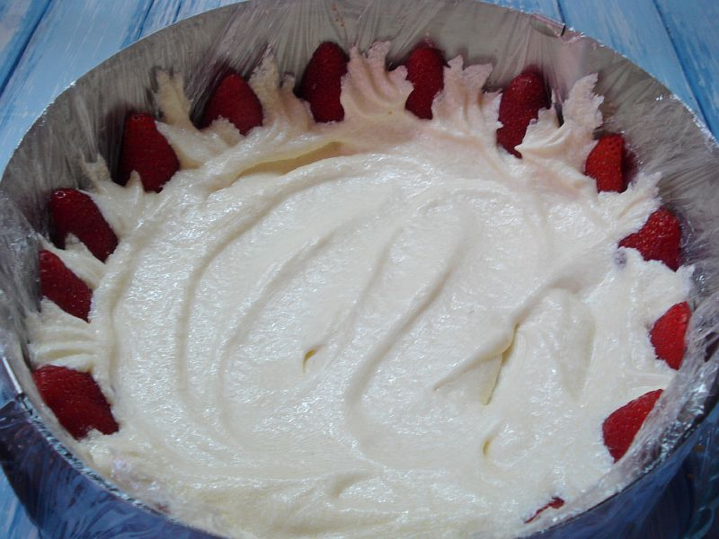 Заполняем кремом между ягод