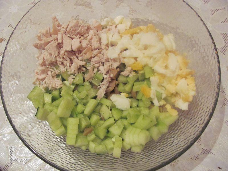 Отправляем нарезанное филе курицы к остальным ингредиентам