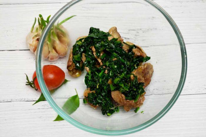 Выкладываем готовый шпинат в салатник