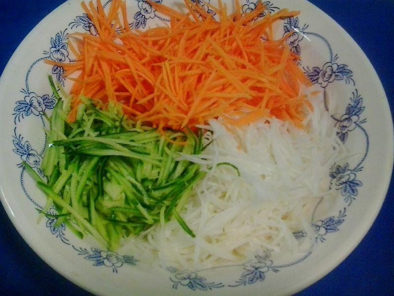 Смешиваем натертый кальмар и овощи