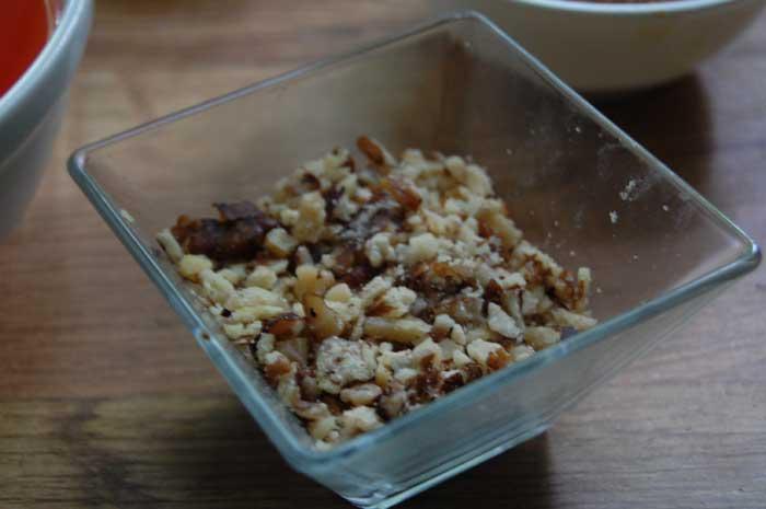 Измельчаем грецкий орех